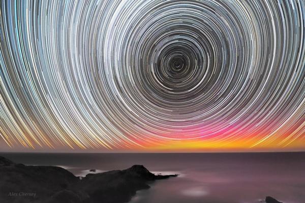 Rastros de estrelas com auroras